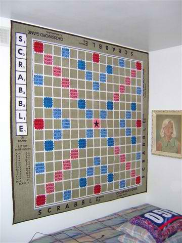 Tapis Scrabble accroché à un mur