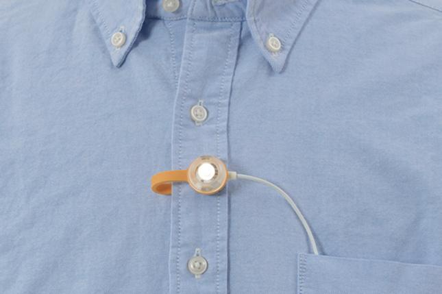 Torche Lapel de Snow Peak attachée à une chemise