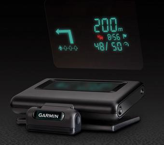 Garmin HUD, ou « Head-Up-Display », un petit boîtier à poser sur le tableau de bord qui projette les informations sur un film transparent collé sur la face interne du pare-brise.
